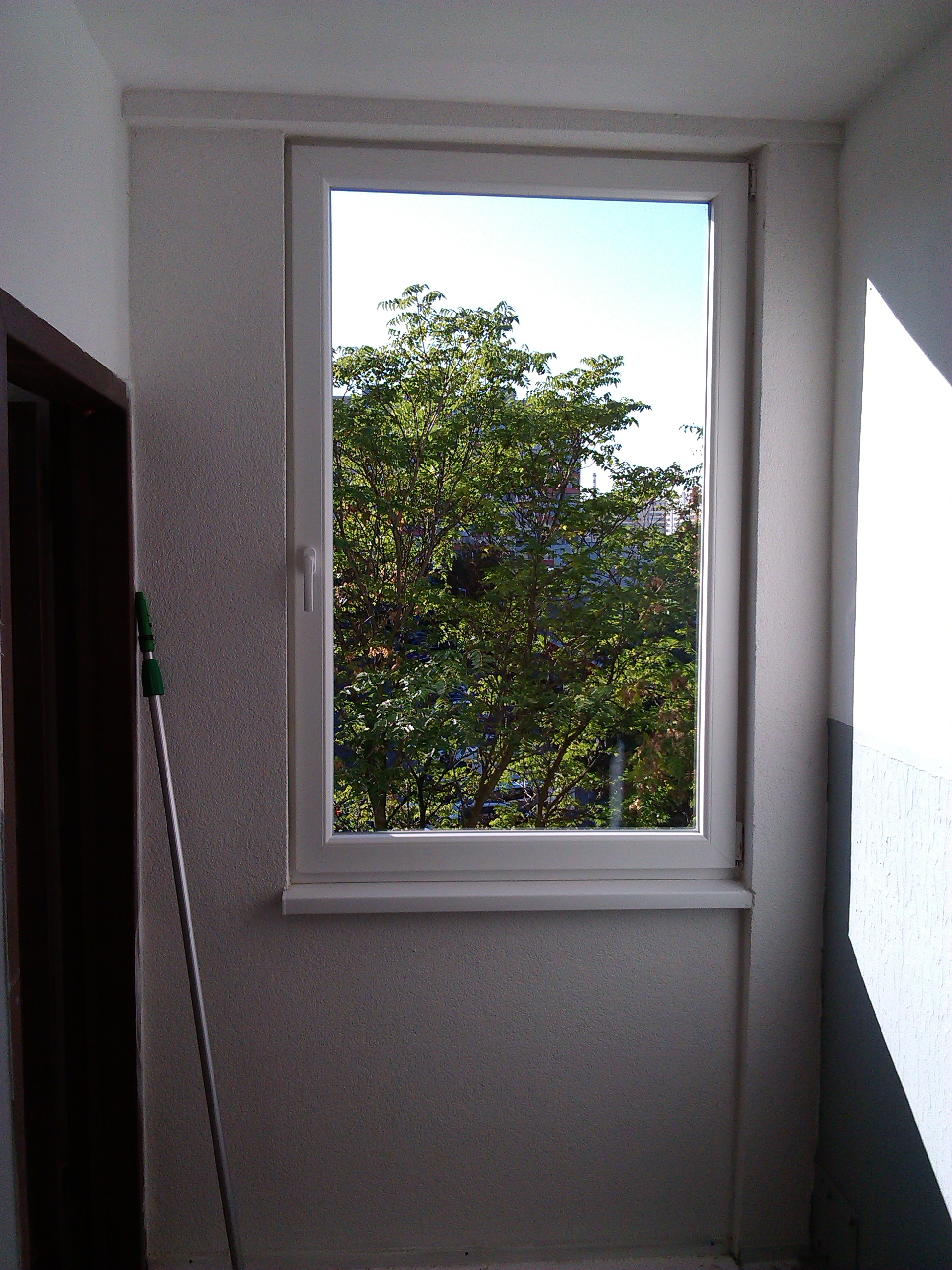 V čase od 8. - 14. októbra 2013 naši dvaja zamestnanci firmy vykonávali umývanie okien a čistenie ich rámov a okenných parapiet. Jednalo sa o odstraňovanie fólií a polepov z okien a výkladov Trenčín, umývanie okien Trenčín a detailné vyčistenie zbytkov lepidiel po strhávaní polepov, fólií, banerov Trenčín. Celková doba práce bola približne 22 hodín a pri umývaní okien bolo zaistené aj odstraňovanie polepov z ich povrchu. Akcia prebiehala v bytovom komplexe, kde sme čistili presklené plochy na troch vchodoch. Všetko sa zaobišlo bez akýchkoľvek problémov a musíme zdôrazniť, že pri umývaní okien, výkladov a iných presklených plôch nikdy nepoužívame leštiace prípravky. Našim zákazníkom teda môžeme zaručiť, že sa na povrchu ich okien po súvislom zaprášení nevyskytnú ťahy a kruhy po leštení. Okná sa čistili dosť ťažko pri porovnaní s inými zákazkami, pretože neboli dlhšiu dobu umývané a na ich povrchu sa vytvoril vodný kameň, ktorý sme museli škrabať za pomoci octu. Na odstránenie polepov z okien sme použili korundové žiletky, ktoré majú minimálny priemer 10 cm. Týmto je zaručené, že nedôjde k poškodeniu skleneného povrchu. Akcia dopadla veľmi dobre. S umývaním okien bol zákazník úplne spokojný. Následne si ešte vyžiadal doplnkové práce podľa predstáv nájomníkov tohto bytového komplexu.